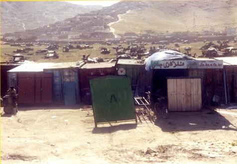 Blick aus meinem Fensterzimmer in Kabul, im Vordergrund Blechnerwerstätte, im Hintergrund ein Panzerfriedhof
