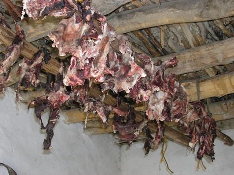 Fleisch trocknet im Luftzug