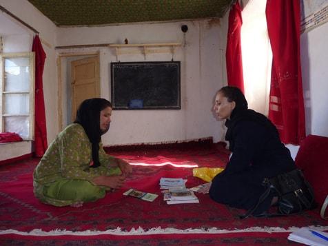 Frozan, eine Lehrerin aus Kabul, im Gespräch mit Shabana aus Qala-e-kona