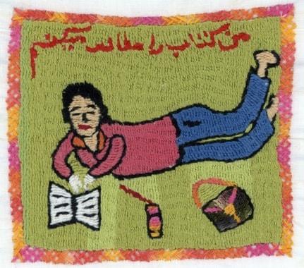 Auf den Dörfern und unter den Stickerinnen wächst ein Bewusstsein für das Lesen und die Schule. Stickerei von Mariam