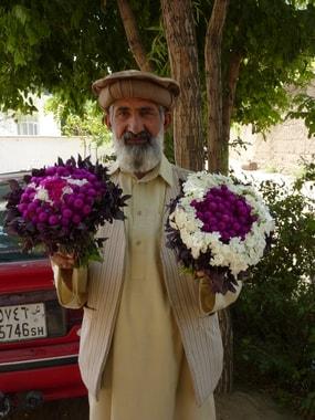 Wenige Wochen vor meiner Abreise aus Deutschland sammelte ich, Blumensamen. Die Stickerinnen teilten sie sich auf und brachten sofort zahlreiche Blumensträuße als Danke schön