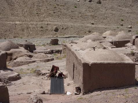 Die Frauen weben zu mehreren (2 oder 3) aus Ziegenhaar eine lange Bahn für die Herstellung eines Nomadenzelt