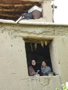 Aquila Nazari, die Direktorin des Hazara Frauenzentrum in Sharak kommt an einem Tag uns besuchen (L) und Lailuma (r)