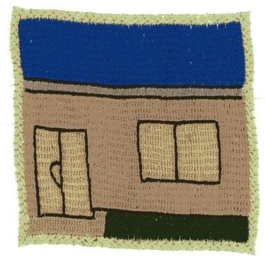 De nombreux habitants des villages rénovent leur maison et leur cour ; on ressent que le sentiment de sécurité a pris les devants. Broderie réalisée par Tamana
