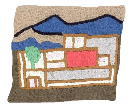 De nombreux habitants des villages rénovent leur maison et leur cour ; on ressent que le sentiment de sécurité a pris les devants. Broderie réalisée par Wadja
