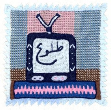 En 2012 et 2013 l'électricité arrive aux villages. L'achat privilégié est une télévision, puis un réfrigérateur, éventuellement un ventilateur et occasionnellement un fer à repasser. Ces infos, nous le s »lisons » directement des broderies. Broderie réalisée par Lutfia