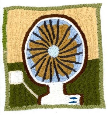 En 2012 et 2013 l'électricité arrive aux villages. L'achat privilégié est une télévision, puis un réfrigérateur, éventuellement un ventilateur et occasionnellement un fer à repasser. Ces infos, nous le s »lisons » directement des broderies. Broderie réalisée par Mahjan