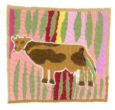 De nombreuses familles achètent une vache au sortir de l'hiver pour la revendre juste avant l'hiver suivant ; la famille peut ainsi compter sur son lait et sa bouse qui sert de combustible. Broderie réalisée par Mahjan