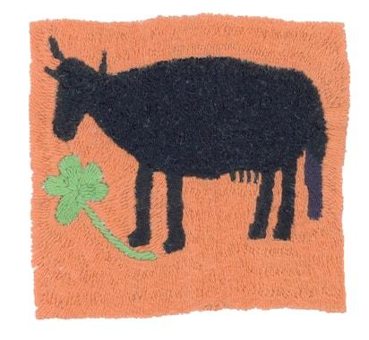 De nombreuses familles achètent une vache au sortir de l'hiver pour la revendre juste avant l'hiver suivant ; la famille peut ainsi compter sur son lait et sa bouse qui sert de combustible. Broderie réalisée par Malalai