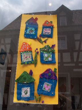 Gefilzte Häuser mit Stickquadrat und aufgenähten  Perlen und Knöpfen