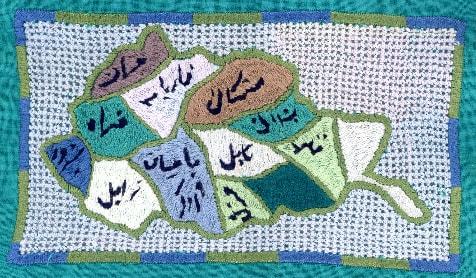"""Stickerei von Yasamin; Afghanistan – spiegelverkehrt – eingebettet in die so genannte """"persischen Lochstickerei"""", die auch für das Sichtgitter der Vollverschleierung benutzt wird."""