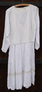Hochzeitsnachthemd von Razia; das Vorderteil ist vollkommen in Kandaharidusi bestickt
