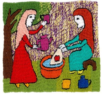 2) Die zwei Schwestern waschen die fertig gestickten Tücher.