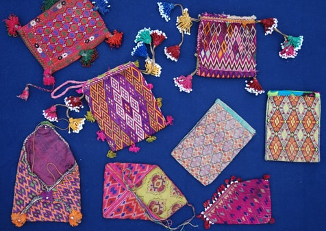 Diverses pochettes anciennes Hazara brodées en keshide