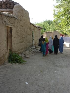 Selten läuft eine Frau alleine im Dorf