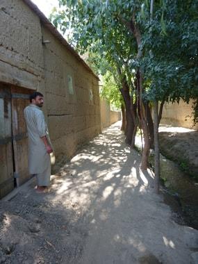 Gässchen im Dorf Sufian pain, mit Wasserkanal