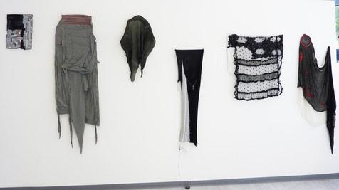 """Serie """"Hinter'm Vorhang"""", Blick in der Ausstellung bei Quilt star, 2011"""