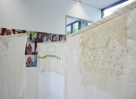 Blick in die Ausstellung in Freiburg bei Quilt star im Sommer 2011, bestickten Vorderteile von  Tshaderis als Mobile montiert