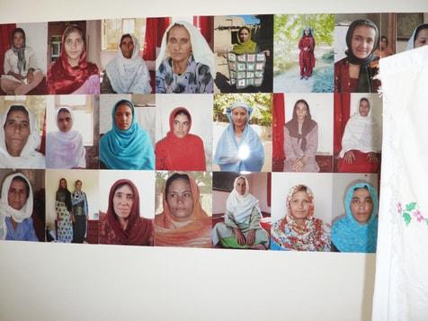 Fotos von Frauenportäts, die nur im Rahmen Ausstellungen gezeigt werden